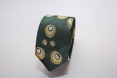 Caravat màu xanh lá họa tiết lông công vàng C17
