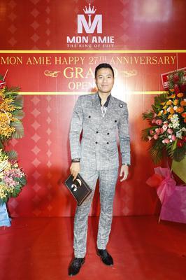 Suit Xám Hai Hàng Khuy Họa Tiết Ngang - Diễn Viên Quang Hòa